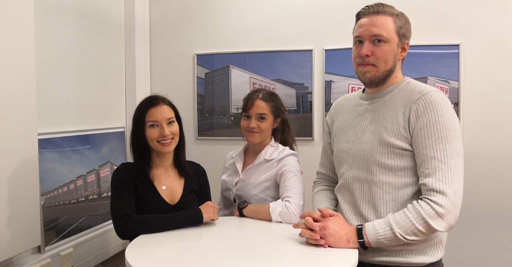 FREJAn työharjoittelijat Mila Riekkinen, Lotta Mäki-Kantti ja Rami Aaltonen saivat harjoittelun jälkeen jatkaa FREJAssa kesätyöntekijöinä liikenteenhoitajina.
